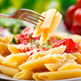 Nudelgericht mit Tomatensauce und Kräutern © Nitr