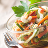 Eine bunte Schüssel mit Rohkost-Salat © Viktorija